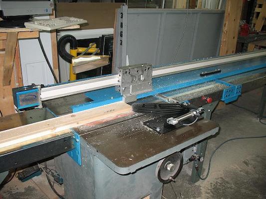 Banc de scie automatisé pour la fabrication de portes et fenêtres   Automated bench saw for window and door manufacturing