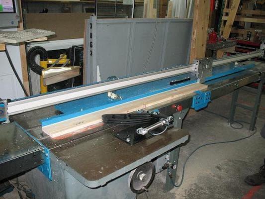 Banc de scie automatisé pour la production de portes et fenêtres   Automated bench saw for window and door production